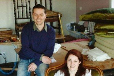 Laurent et Anaïs Pagès chez eux à Gaillan, dans leur atelier au milieu des fauteuils en cours de restauration et des tissus. PHOTO ÉTIENNE LATRY